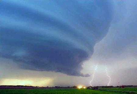 图文:美国内布拉斯加州格瑞德岛市上空的闪电