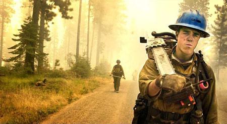 图文:华盛顿森林大火的灭火队员在返回车上