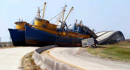 图文:两艘160英尺高的渔船被飓风推上高速公路