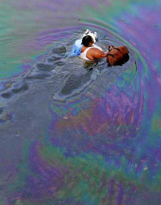 图文:美国新奥尔良居民在漂着浮油的深水中跋涉