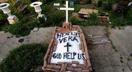 图文:飓风中遇难者的遗体被简单地安葬