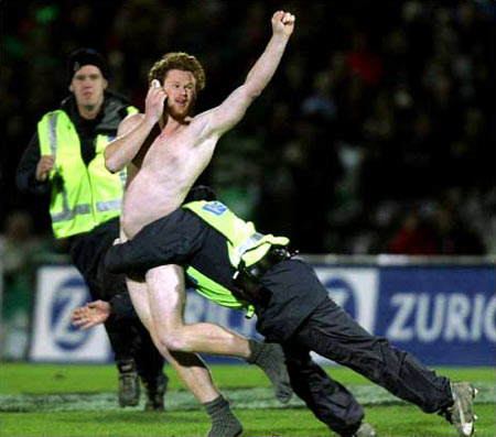 图文:新西兰橄榄球赛场上被扑倒的裸奔者