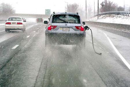 图文:拖着加油枪的汽车在马里兰州公路上行进