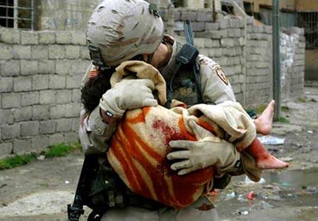 图文:美军士兵安抚在自杀性爆炸中受伤的儿童