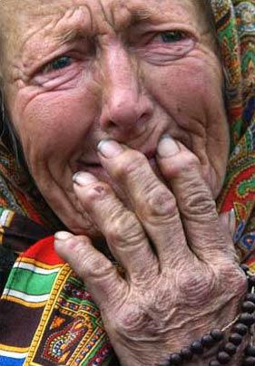 图文:为教皇去世哀伤的波兰老妇人