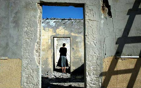图文:犹太定居者在自己的房子前徘徊