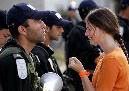图文:女孩恳求以色列士兵让自己留在加沙