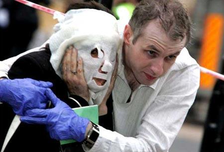 图文:男子协助面部受伤女子逃离伦敦爆炸现场