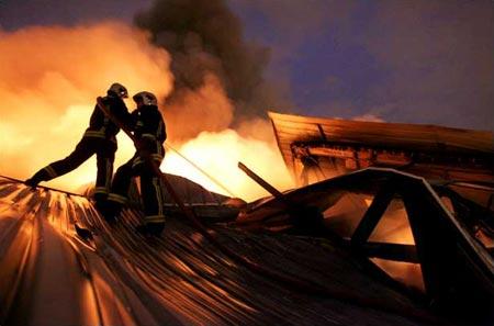 图文:巴黎骚乱中救火队员试图控制仓库大火