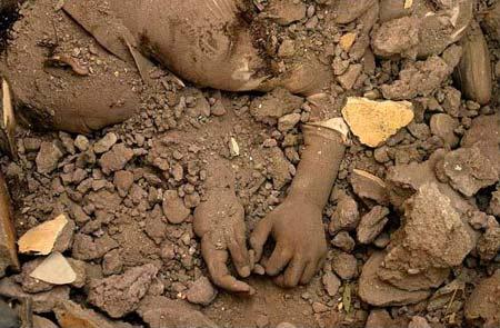 图文:南亚地震废墟掩埋的孩子