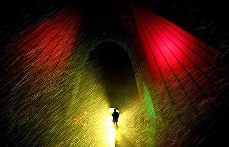 图文:伊朗妇女走在严寒中