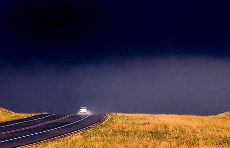 图文:美国汽车行驶在201号高速公路上