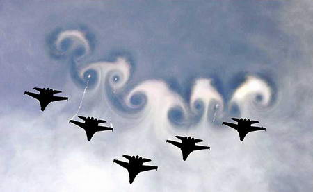 图文:俄米格29战斗机编队在空中做列队表演