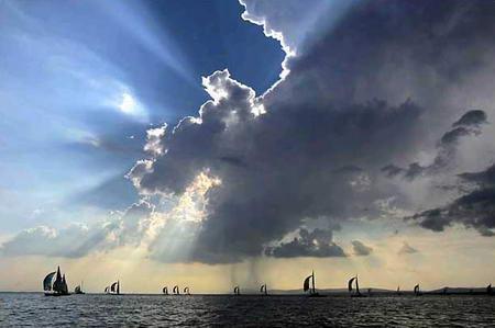 图文:航行在匈牙利中部巴拉腾湖中的帆船