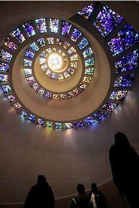 图文:人们凝望美国达拉斯感恩广场感恩礼拜堂