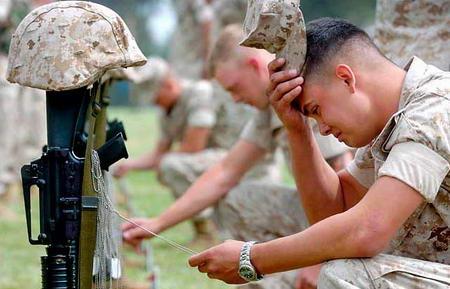 图文:美国海军陆战队士兵抚摸朋友的标记牌