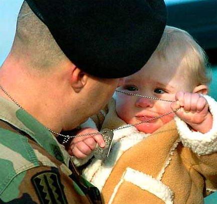 图文:美国士兵与女儿告别