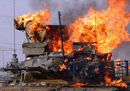 图文:身上着火的英军士兵试图跳下燃烧的坦克
