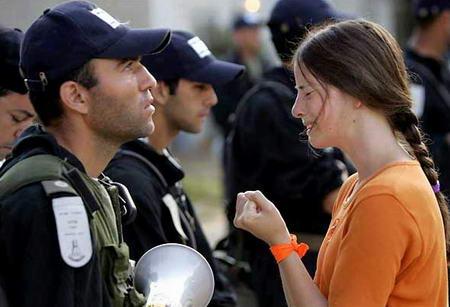 图文:定居者在以色列士兵面前请求留在加沙