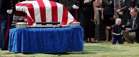 图文:美国男孩望着父亲的棺材