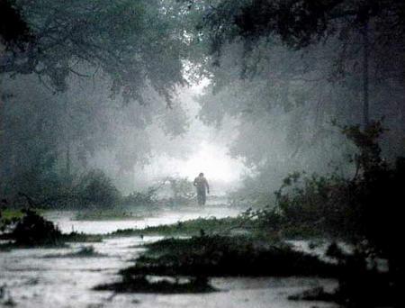 图文:美国男子走在大雨下的街道上
