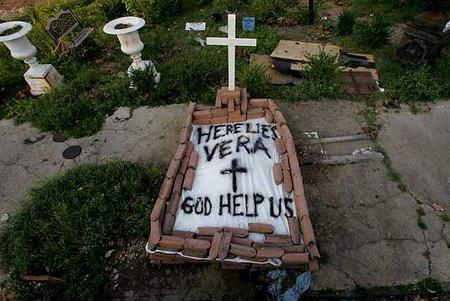 图文:卡特里娜飓风中的遇难者遗体被安葬