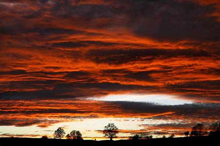 图文:德国东部城市耶拿深红色的日落