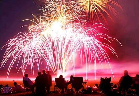 图文:美国怀俄明州数千名观众观看烟火表演