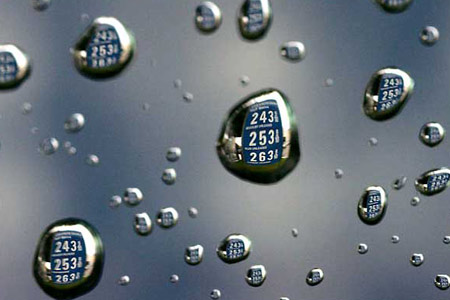 图文:汽油的价格牌映在雨滴上