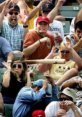 图文:棒球手击球时不慎扔出球棒