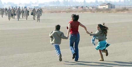 图文:家属迎接伊战中回国的士兵