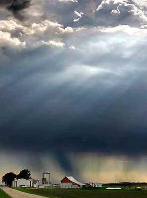 图文:阳光乌云和雨水交错
