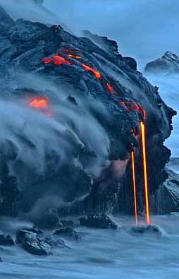 图文:熔岩从基拉韦厄火山上流入太平洋