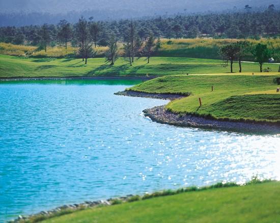 丽江文笔峰脚下的丽江古城湖畔高尔夫球场距古城仅8公里.