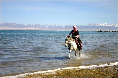 少女在青海湖畔骑马_青海湖景点指南_乐途旅游网