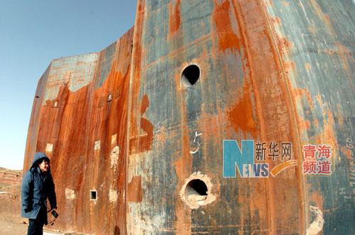 一名游客在参观原子城的爆轰实验场,如今这处厚重的实验设施已是锈迹斑斑