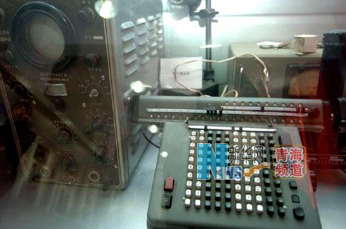 是原子城展览馆展厅陈列的科研工具文物