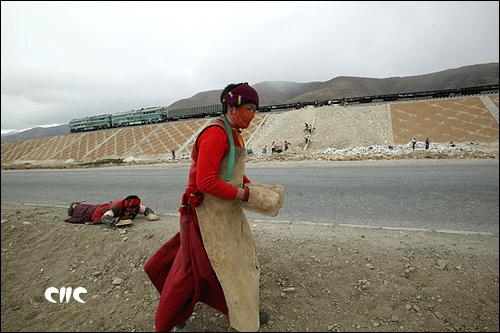 青藏铁路与公路并肩而行