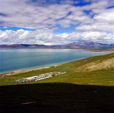 美丽的错那湖,青藏铁路在湖边穿过