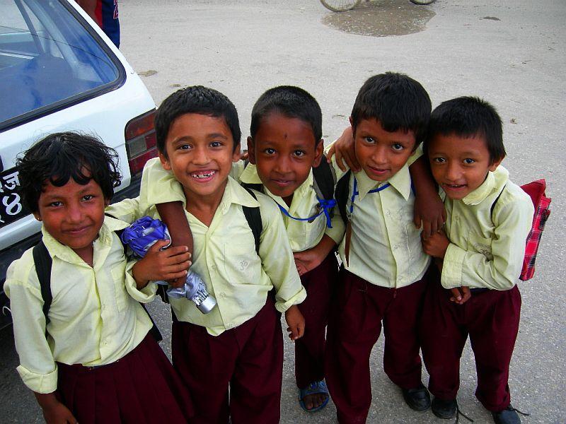 喜马拉雅风情-加德满都穿着校服的小学生