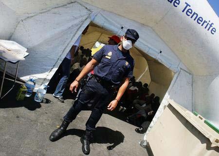 图文:警察职守在门口