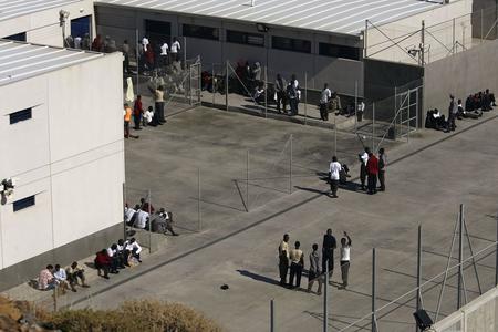 图文:非洲偷渡客在拘留中心外