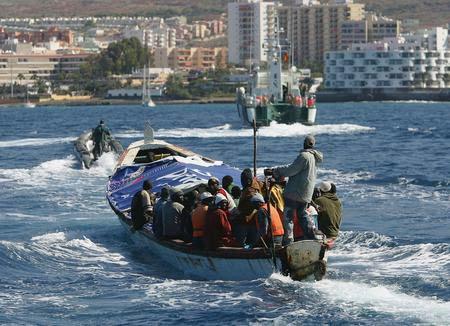图文:载有非洲偷渡客的小船驶向码头