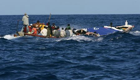 图文:载有非洲偷渡客的小船被警察追踪