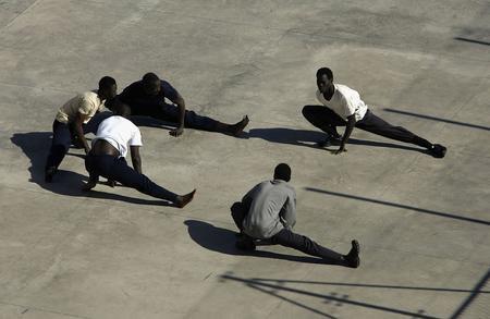 图文:偷渡客在拘留中心外短暂休息