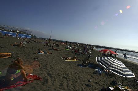 图文:人们在海滩上享受日光浴