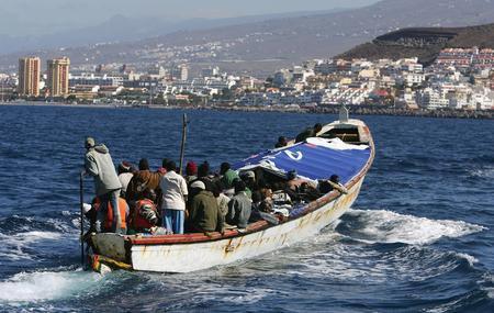图文:一艘载有非洲偷渡客的小船