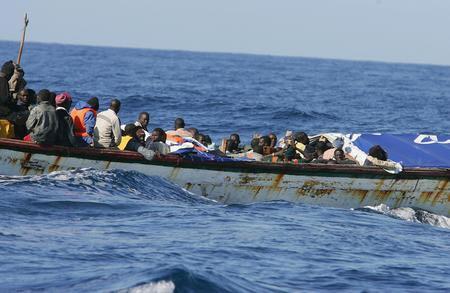 图文:载有非洲偷渡客的小船