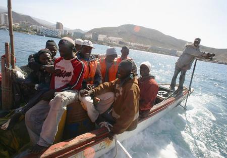图文:船上坐满偷渡客