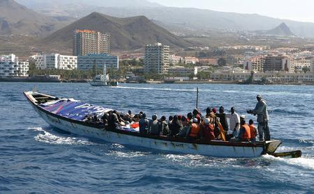 图文:小船在警察的追踪下驶向码头